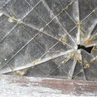 ばりんと割れる窓ガラス