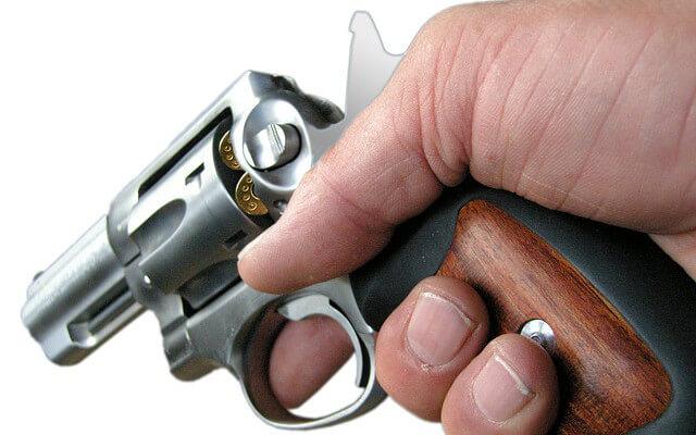 ばきゅんと拳銃を打つ