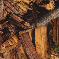 ばったばったと倒れる木材