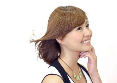 そよりと風吹き髪が流れる女性