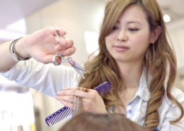 ぱっさりと髪を切る女性